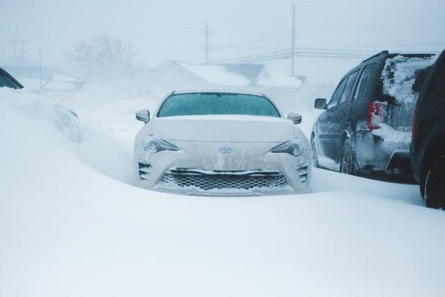 Voiture prise dans la neige