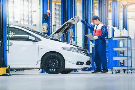 Révision auto en atelier